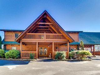 Deluxe cabin w/ hot tub, game room, 3 fireplaces, 2 decks, mountains of charm!, Sevierville