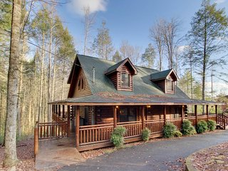 Sit by the fire, play poker, soak in the hot tub, & cook out on the grill!, Sevierville
