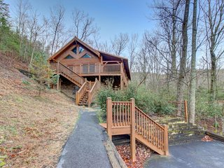 Luxurious, super private cabin w/ game room, hot tub, & fireplace!, Sevierville
