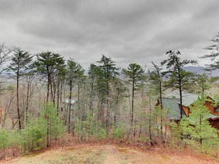 Dog-friendly, mountainview luxury w/ private hot tub, game room, decks & views, Sevierville