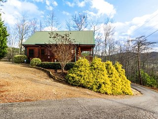 Mountain view cabin w/ private hot tub & shared seasonal pool access, Sevierville