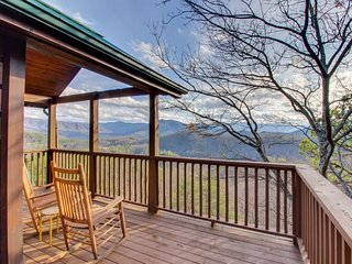 Spacious cabin in the woods with deck, mountain views, hot tub, shared pool, Sevierville