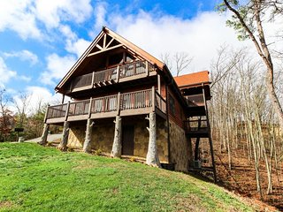 Updated, mountain view cabin w/ private hot tub, furnished decks, game room!, Sevierville