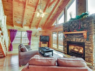 Three-level cabin w/ hot tub, game room, loft, deck, & gorgeous mountain views, Sevierville