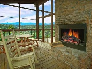 Dog-friendly hillside cabin with private hot tub and stunning views!, Townsend