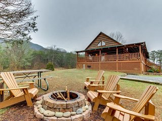 Cabin surrounded by nature w/private hot tub, shared seasonal pool, & more!, Townsend