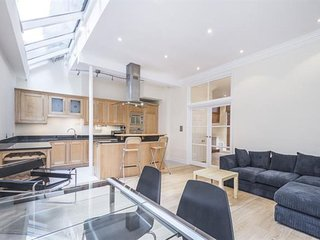 Spacious Queens Gate Place Mews apartment in Kensington & Chelsea with WiFi, London