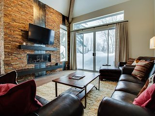 Newly remodeled townhouse located on the golf course w/ shared pool & hot tub