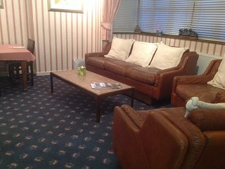 Luxury self catering apartment,twin beds,en suite toilet &shower,kitchen,lounge, Kilmarnock