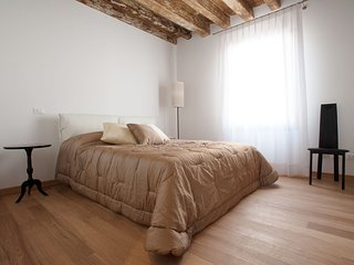Lion 3 - Central two bedroom flat with lift, Venice