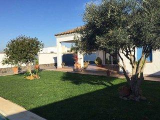 Casa coqueta independiente, con piscina, jardin y barbacoa.