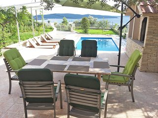 A new, luxury, AC 2 bedroom villa and pool by the sea BBQ, WiFi, pets