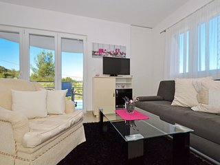IGOR 1 - modern apartment in Mastrina, near TROGIR