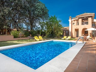 Luxurious Andalusian villa for 11 people with private garden, pool and BBQ area, Alhaurín de la Torre