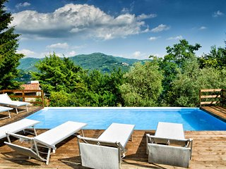 Spacious villa with beautifull view an private pool in a huge garden, San Quirico