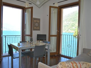 Blue Starlake Residence - Apartment DE LUXE front lake with balcony and parking, Bellano