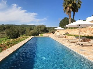 This finca/villa is in the countryside of Santa Eulalia (3 mn) close to the beau
