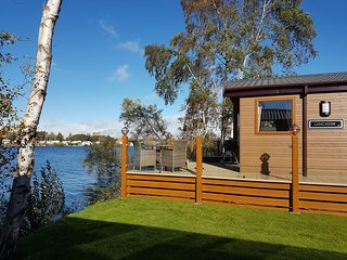 Fable Lodge - Luxury lakeside holiday lodge with hot tub, Tattershall