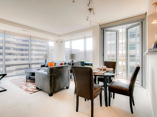 Luxury 2 Bedroom Apartment with Outdoor Pool!, Arlington