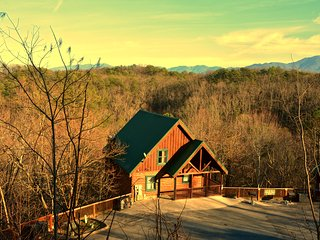 Happy Ours - Winter Specials! 4 King Beds! Hot Tub! Theater Room! Pool! View!, Pigeon Forge