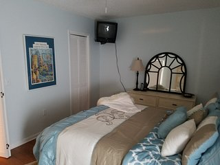 Mad Beach 2/1 updated kitchen, new beds, bedding and towels.  Avail. summer '17, Madeira Beach