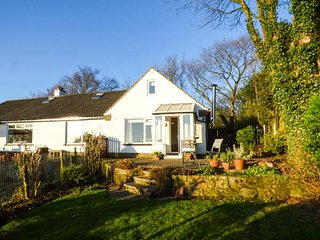 HONEYSUCKLE COTTAGE, woodburning stove, pet-friendly, lawned garden with lovely