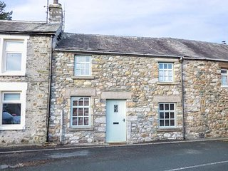 3 BANK END, mid-terrace, woodburning stove, WiFi, in Ingleton, Ref 933458