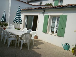 New house close to the sandy beach, shops and port, La Flotte