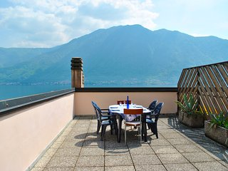 Palm Bay Sky Loft Como - apartment front lake with terrace and private parking, Sala Comacina