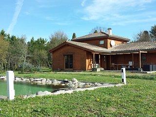 Maison en bois massif sur 1 hectare avec baignade naturelle