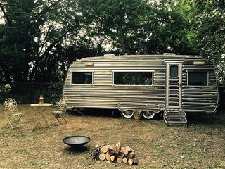 Oak Lodge Glampsite - Luxury Vintage Caravan 2