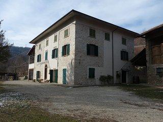 Casa Vigna. Cascina storica fondata nel 1840 con giardino e podere., Camerana