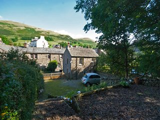Sedbergh Self Catering Cottage With Parking & Garden - 102 steps to the pub!