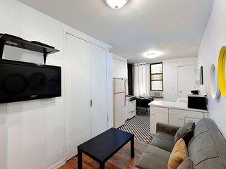 Stay 2 blocks from Times Square + Broadway! Comfy 2 Bed 1 Bath for 6 in Midtown