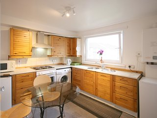 Budget 3 bedroom flat 20mins to city centre | FREE parking | Wifi | sleeps 6, Édimbourg