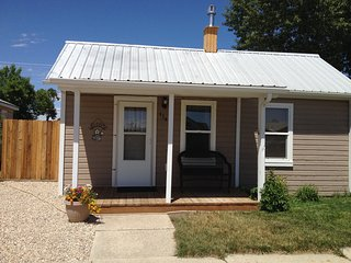 One Bedroom, Darling Cottage, 3 Blocks from Downtown Cody!