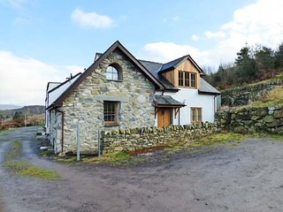 2 FRON OLEU, wonderul character cottage, en-suite, multi-fuel stove, ideal base for families, near Llanrug, Ref 915431