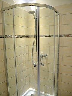2016 neu gestaltetes und hochwertig ausgestattetes Bad mit Dusche