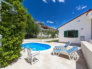 pretty air conditioned villa with a garden, pool 800 metres from the beac, Dugi Rat