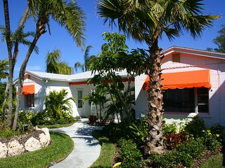 Coconut Cabana 2/1 Cottage, sleeps 5, Two heated pools, Walk to Beach