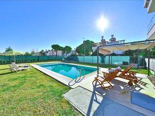 MYRA | Comfortable Duplex 2-Bed apt, pool, beach 15m walk!, Bogazkent