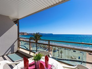 Spacious apartment a short walk away (406 m) from the 'Playa Cantal Roig' in Cal
