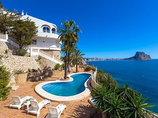 Spacious villa a short walk away (156 m) from the 'Cala Les Urques' in Calp with