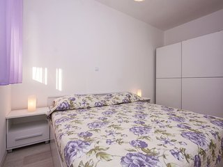 Apartment 806 m from the center of Brodarica with Air conditioning, Parking