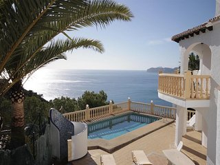 Spacious apartment a short walk away (444 m) from the 'Cala Del Ambolo' in Xabia