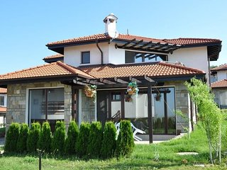 Spacious country house very close to the centre of Cholakova cheshma with Parkin