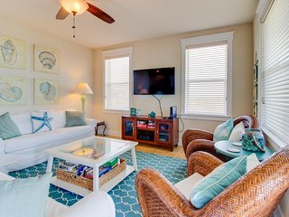 Sparkling waterfront condo w/ shared pool, hot tub, and ocean views!, Galveston
