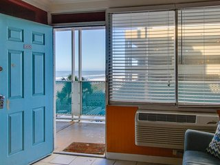 Beachfront studio w/ easy beach access, & shared pool - snowbirds welcome!