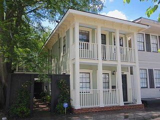 Gorgeous Home With Old World Charm, Courtyard & FREE WiFi, Savannah