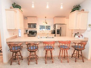 Great 3 Bedroom/2 Bathroom Home Near Sunriver w/BBQ, Fire Pit, Modern Kitchen